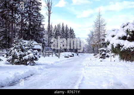 Parco giochi per bambini con la neve in inverno Foto Stock