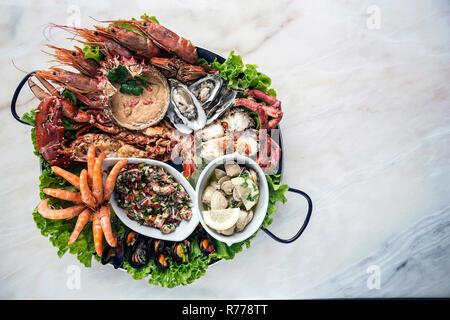 Misto di frutti di mare freschi selezione set gourmet platter pasto sul tavolo Foto Stock