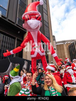 New York, Stati Uniti d'America, 8 dicembre 2018. I festaioli vestiti da Babbo Natale divertirsi durante il SantaCon annuale nella città di New York. Credito: Enrique Shore/Alamy Live News