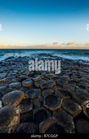 Paesaggio intorno al Giant's Causeway, un sito patrimonio mondiale dell'UNESCO che ha numeri di incastro colonne di basalto risultato di una antica fessura vulcanica