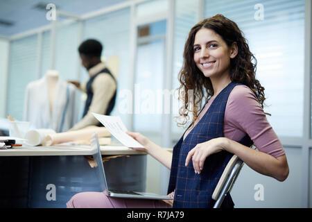 Allegro sarta femmina che lavorano in atelier Foto Stock
