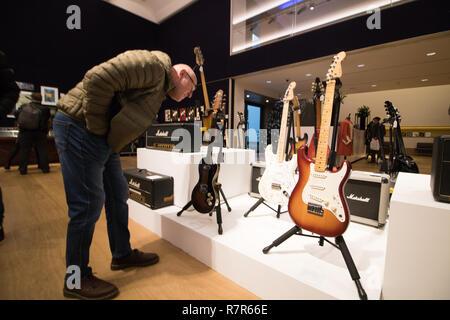Londra REGNO UNITO. 11 dicembre 2018. Famoso chitarre elettriche utilizzate da Judas Priest e Fleetwood Mac incluso nella musica rock e pop memorabilia vendita presso Bonhams New Bond Street Credit: amer ghazzal/Alamy Live News
