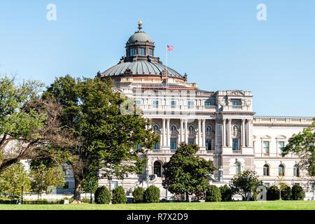 US National Library of Congress dome esterno con bandiera americana sventolare a Washington DC, Stati Uniti d'America sul capitale Capitol Hill, colonne, facciata paesaggio costruire