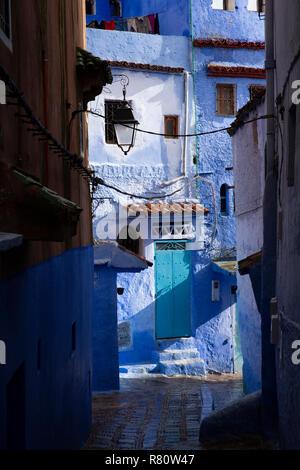 Il Marocco, Chefchaouen, Medina, case blu al raccordo di wet strette stradine della città vecchia Foto Stock