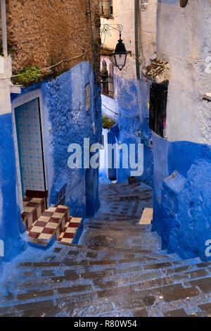Il Marocco, Chefchaouen, città blu, Medina, gradoni che scendono tra corsia di blue case dipinte Foto Stock