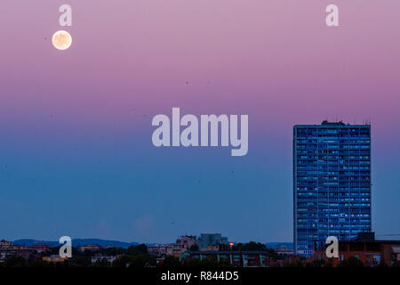 Rimini, il tramonto sulla città con il grattacielo e la luna a distanza Foto Stock