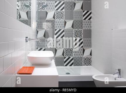 Bagno moderno con monocromatico patchwork di piastrelle foto
