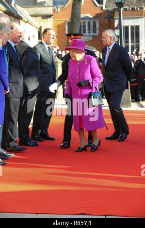 Sua Maestà la Regina Elisabetta (II) accompagnato da Sua Altezza Reale il Duca di York (il principe Andréj), visto che visita la onorevole Società di Lincoln Inn ad aprire ufficialmente il nuovo centro Ashworth e ri-aprire il rinnovato di recente Grande Hall di Londra.