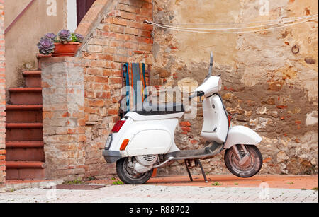 Scooter a Castiglione d'Orcia, Italia Foto Stock