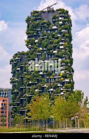 Orizzontale Verticale Con vista sulla piazza del Bosco Verticale a Milano, Italia. Foto Stock