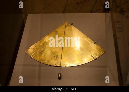 Golden o cooper antico strumento. Refilato bussola. Astrolabe realizzati nel tempo di Columbus. Marinai ispanica strumento per la navigazione. Esposizione museale Foto Stock