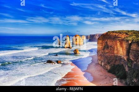 Iconici calcaree erose apostolo Rocks off costa australiana nella Great Ocean Road con dodici apostoli marina park in una giornata di sole. Foto Stock