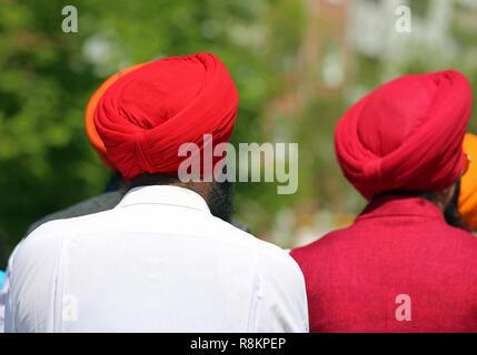 Due uomini indiano con red turbants all'aperto Foto Stock