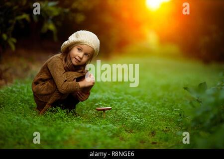 Adorabile bambina escursioni nella foresta sul giorno di estate Foto Stock