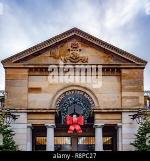 Mercato di Covent garden segno con la ghirlanda di Natale, Londra, Regno Unito.