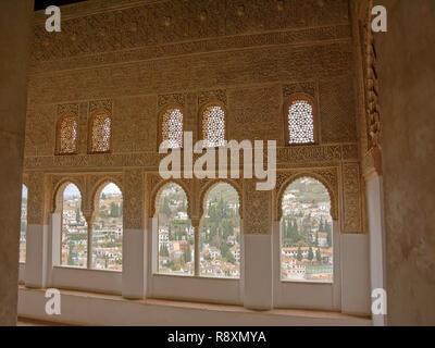 Fortemente decorate con parete a forma di ferro di cavallo finestre che si affacciano sulla Albayzin neighbrhood, Nasrid Palace , Alhambra, Spagna Foto Stock