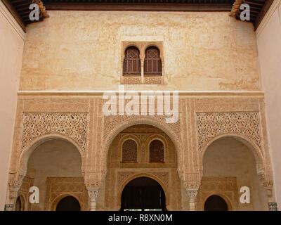 Parete decorata con archi windows, dettaglio di Nasrid Palace , Alhambra, Spagna Foto Stock
