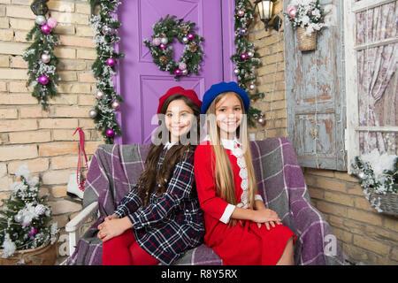 Deve avere stile per l inverno. Figlioli sulla decorazione di Natale.  Ragazze stile bb4571e05a1