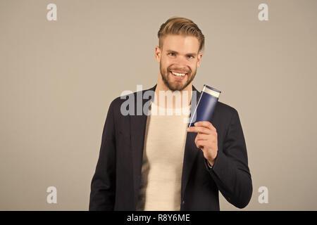 Imprenditore con shampoo o gel flacone in mano. Uomo Barbuto con i ... a7385edc8139