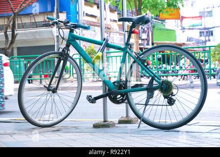 Parcheggio biciclette su strada presso la fermata degli autobus Foto Stock