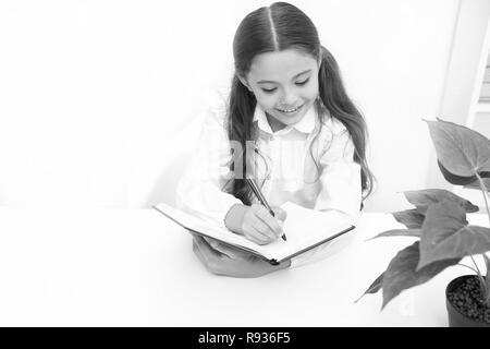 Concetto di conoscenza. Ragazza scuola scrivere a lezione, conoscenza. Giorno della conoscenza. Se la conoscenza è necessario che si deve leggere. Foto Stock