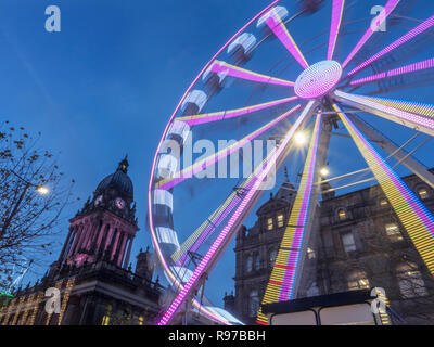 Ruota di Leeds di luce accesa al tramonto a Natale sul Headrow in Leeds West Yorkshire Inghilterra