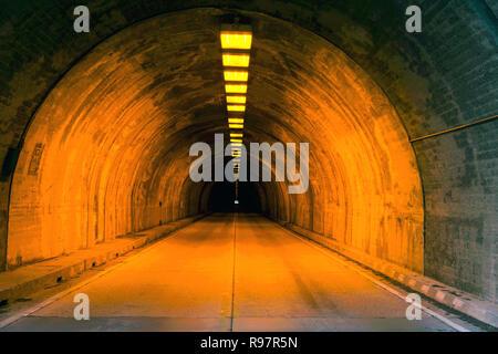 Strada illuminata Tunnel, la luce alla fine del tunnel