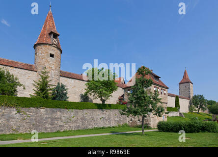 Tegole rosse torri nella parte occidentale della città medievale di parete ad anello intorno a Rothenburg ob der Tauber, Franconia, Baviera, Germania. Foto Stock