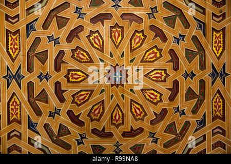 Il Marocco, Rissani, Alaouite Mausoleo di Moulay Ali Cherif, pattern a mosaico di decorazione murale Foto Stock