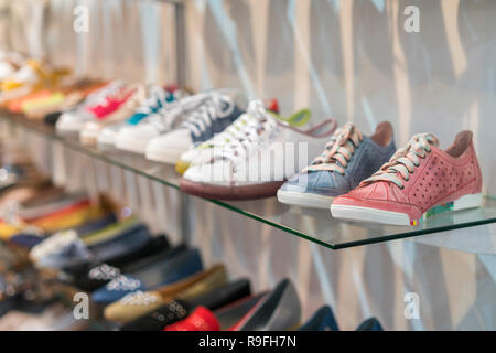 ... di Toledo  Calzature sportive sugli scaffali del negozio. Foto Stock b0feef32adc