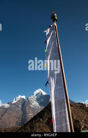 Il Nepal, il Campo Base Everest Trek, Khumjung, tradizionali bandiere di preghiera di fronte al Monte Hongku picco di neve Foto Stock