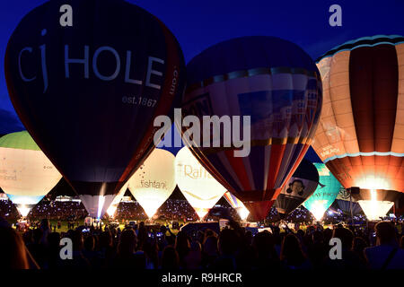 Vista di mongolfiere durante il nightglow al Bristol international ballon fiesta Foto Stock