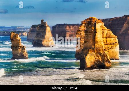 Teleobiettivo Condenced vista di eroso scollegato calcare apostolo rocks in dodici apostoli marina park di Australia, Victoria, su una soleggiata giornata estiva. Foto Stock