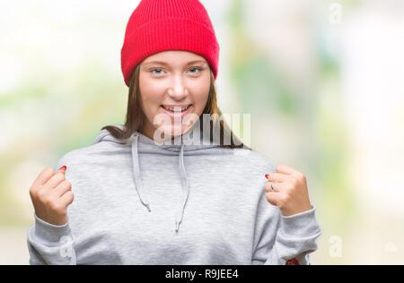 ... Giovani caucasici bella donna che indossa cappello di lana su sfondo  isolato celebrando sorpreso e meravigliato 7e8121803bf2
