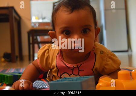 Bambino ritratto nella foto arrabbiato umore Foto Stock