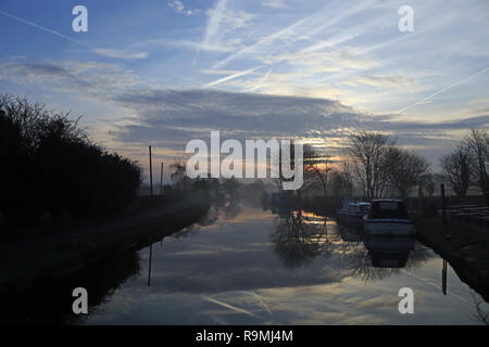 Burscough, Lancashire, Regno Unito, 26 dicembre, 2018. Cw 6515 Misty L e L canal a Crabtree Lane 26.12.18 Mist sorge dal Leeds e Liverpool Canal oltre la corsia Crabtree ormeggi vicino a wigan greater manchester come il sole si alza sul Boxing Day mattina 2018. Credito: Colin Wareing/Alamy Live News Foto Stock