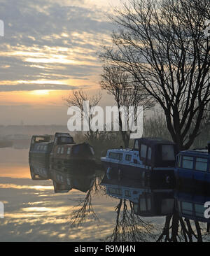 Burscough, Lancashire, Regno Unito, 26 dicembre, 2018. La nebbia sale dalla Leeds e Liverpool Canal oltre la corsia Crabtree ormeggi vicino a wigan greater manchester come il sole si alza sul Boxing Day mattina 2018. Credito: Colin Wareing/Alamy Live News Foto Stock