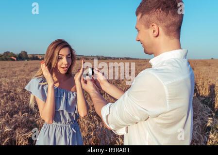 Donna Proposta Ha Rende La MatrimonioEgli Di Uomo Rosso Aperto Lc3ARjS54q