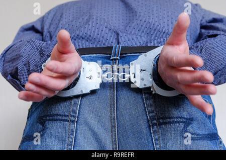 Le manette ai polsi dei detenuti l'uomo. Divisione di polizia. Foto Stock