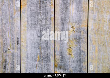 Weathered legno texture con resti di vernice gialla. Close-up. Foto Stock