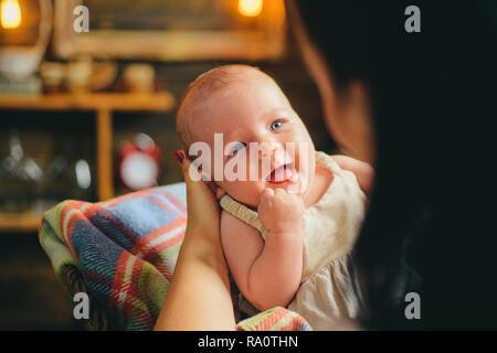 Madre e figlia. Infanzia e della felicità. Ritratto di felice piccolo bambino. La famiglia. Prodotti per la cura del bambino. Giornata dei bambini. Piccola ragazza con viso carino. parenting. Foto Stock