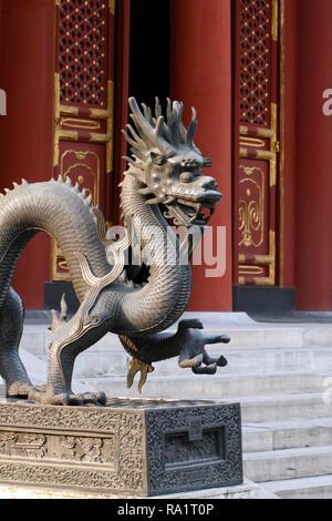 Drago di guardia statua, qilin statua, Palazzo Estivo, Pechino, Repubblica Popolare Cinese. Sala della benevolenza e della longevità. Foto Stock