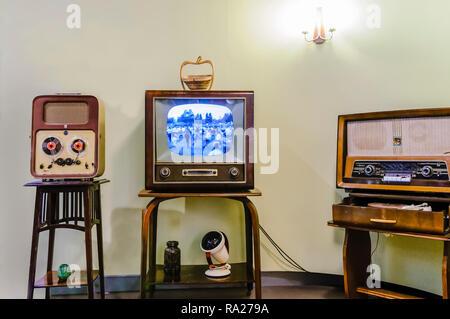 Bobina bobina player, televisione in bianco e nero e un vecchio medio/long wave radio in un soggiorno a partire dagli anni cinquanta.