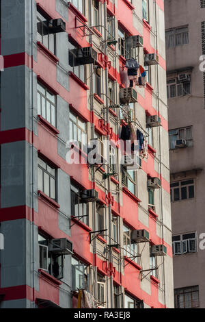 Un colorato blocco di appartamenti a Hong Kong è densamente popolata di Wan Chai District Foto Stock