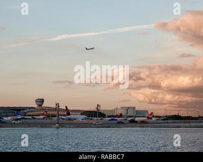 In aereo a decollo sopra l'Aeroporto Internazionale di Miami al crepuscolo, Miami, Florida, Stati Uniti d'America.