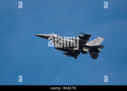 BOSSIER CITY, LA., U.S.A. - DEC. 17, 2018: U.S. Air Force F-16 Fighter vola sopra la città nel suo approccio alla Barksdale Air Force Base. Foto Stock