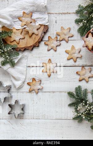 Lay piatto di biscotti fatti in casa su un bianco sullo sfondo di legno Foto Stock