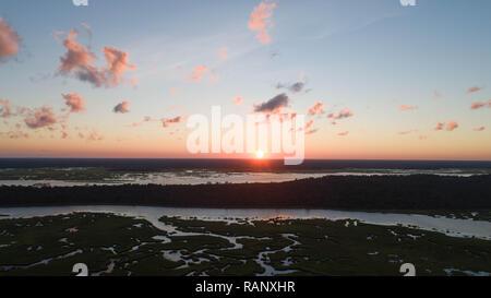 Antenna fuco visualizzare il paesaggio costiero Agenzie di natura serena tranquilla mattina presto immagine pacifica Scenic Sunbeam riflessi al tramonto sull orizzonte Foto Stock