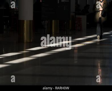 La luce del sole sul pavimento con la persona Foto Stock
