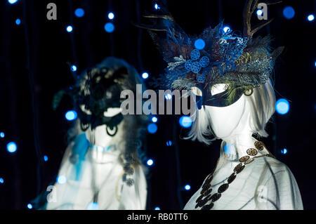 """Le spalliere mascherato incandescente bianco statue fra blu luci fairy dal """"Nove Ladies Dancing' patrimonio display di Natale, Burnaby Village Museum. Foto Stock"""